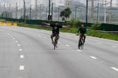 Ciclistas aproveitm Marginal fechada