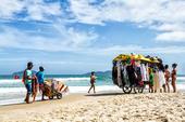Vendedor ambulante em praia