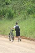 Criança vai à escola de bicicleta em SC