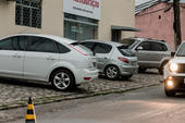Carros estacionados em calçadas