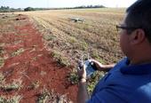 Técnico controla drone em área rural