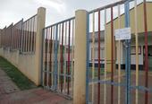 Aviso em portão de escola