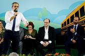 Weintraub entrega ônibus escolares em SP